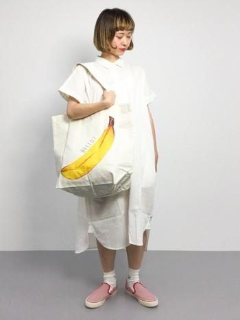 ホワイトコーデには赤色でアクセントを。 靴や、バッグなどのコモノを色や柄で遊ぶと、いつものファッションもワンランアップ♪ コモノを変えるだけで、トータルコーディネートの印象もガラリと変わりますよ。