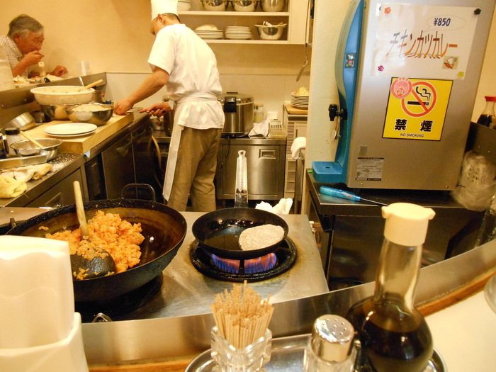 カウンター席が「し」の字型になっていて、その中はオープンキッチン。目の前で料理がつくられているところを眺めながらいただきます。