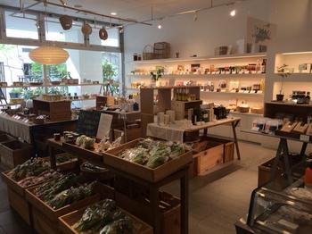 まちのシューレは、カフェだけでなく、香川県や四国のものを中心とした日用品や雑貨、食材などのショップやギャラリーもあるライフスタイルショップ。お買い物も楽しめます。