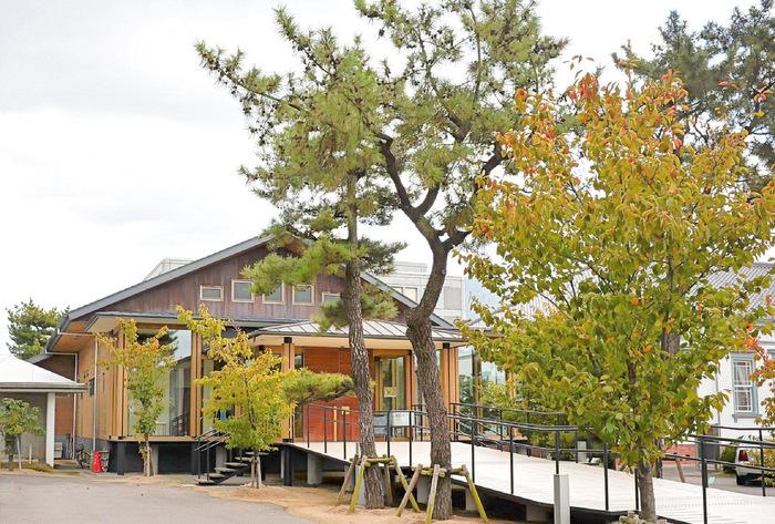 こちらは、高松市郊外の善通寺市文京町、JR善通寺駅より徒歩5分のところにある「Belle Epoque 偕行社かふぇ」。高松市からは少し離れますが、とても素敵な場所なのでご紹介♪ こんぴらさんのある琴平町の近く、重要文化財「偕行社」に隣接するカフェです。