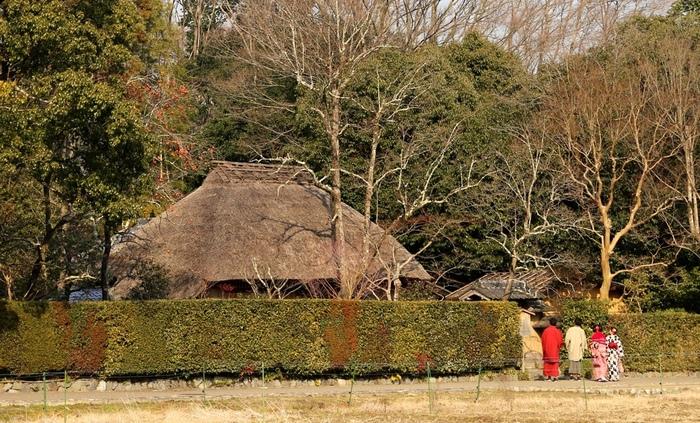 二尊院からほど近い場所には、茅葺屋根の落柿舎があります。静かな嵯峨野にひっそりと佇む落柿舎は、もともとは、松尾芭蕉の弟子、向井去来が居として構えた草庵です。