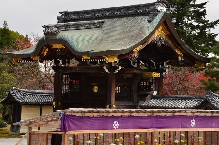 貴族の邸宅を彷彿とさせる優美で洗練された美しさを持つ大覚寺は、もともとは、876年に嵯峨天皇の離宮として建立されたものです。