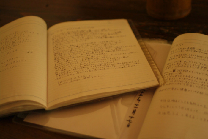 境内の本堂には「想い出草」と呼ばれるノートが置かれています。現在、5000冊以上にのぼる想い出草には、参拝者の思いの丈が切々とつづられています。嬉しかったこと、辛かったこと、悩んでいること、迷っていることがあれば、そっと想い出草にあなたの想いを綴ってみてはいかがでしょうか。