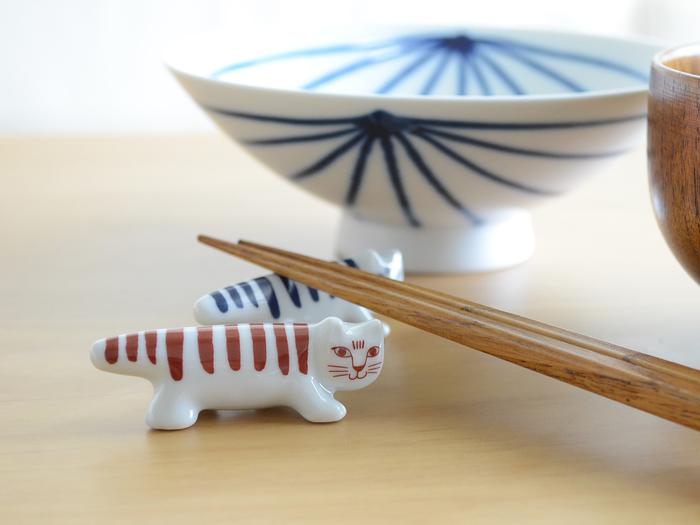 世界で愛されるスウェーデンの陶芸家、Lisa Larson(リサ・ラーソン)。中でも人気の、ネコのMIKEY(マイキー)が箸置きになりました。 素材は日本の波佐見焼。透けるような白磁と、呉須で色付けされた染付の深い味わいが特徴です。 落ち着きのある赤と青は、和食にもしっくり。北欧と日本のキュートなコラボを、食卓で楽しんで。
