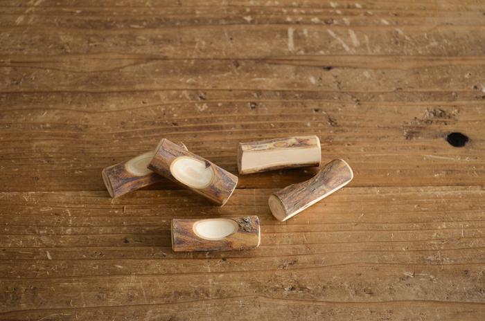 木曾ヒノキ、秋田スギと並んで日本三大美林の一つに数えられる、青森ヒバ。ヒバに含まれるヒノキチオールの成分は抗菌、防虫、消臭、脱臭の効果があることでも知られています。 そんな青森ヒバの枝をそのまま削りだして作られた箸置きは、天然素材の風合いと、清々しい香りを楽しめる一品です。
