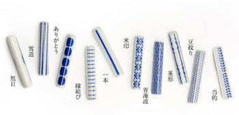 シンプルな形状に、日本の伝統的な文様をあしらった箸置き。でもよく見ると、全ての模様が活版印刷に使われる活字、罫線、終止符を並べデザインされています。