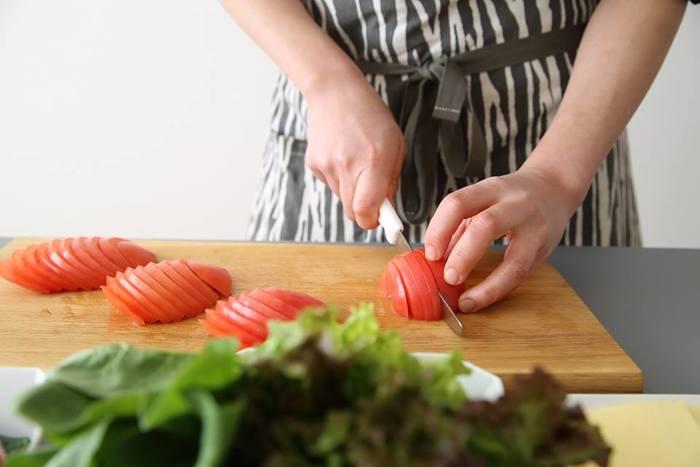 切れ味がよく、力を入れなくてもさくさくカットできるので、トマトの薄切りもノーストレス♪ トマト以外の野菜や果物、パン、ケーキなどにも使えます。フランスパンも中のふわふわを潰さずに、具だくさんの太巻きの海苔も張り付かずに美しく切れますよ。