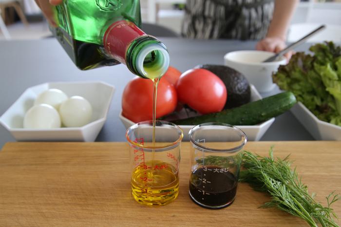 カップは、レッドとシルバーの2個セットです。レッドはお酢やみりんなど薄い色の液体に、シルバーは醤油などの濃い色の液体を入れるのに最適。色ごとに使い分けができて重宝します。 数種類の調味料を合わせる際も、同じカップに重ねて注いで混ぜることができるので、とっても便利!1回分のドレッシングなどを作る際にも重宝しますよ♪