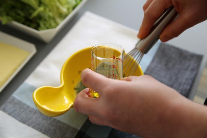 カップはプラスチックで出来ているので割れにくく、お子様が使う際にも安心してお使いいただけます。 簡単にきっちり、ぴったり、しっかり量れるので、料理は初心者…という方にもおすすめです!