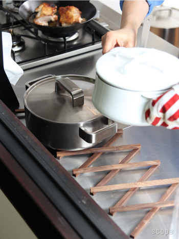 trivetとは、「鍋敷き」のこと。食卓で鍋を置くために使用するのが基本の使い方ですが、「Extensible trivet」はキッチンでの使用が断然おすすめ。 調理後の鍋やケトルをコンロに置いたままだと、コンロを使用する次の作業ができません。そんな時、コンロから移動したり、冷ましたりと、「とりあえず置く場所」としてこの鍋敷きが活躍します。