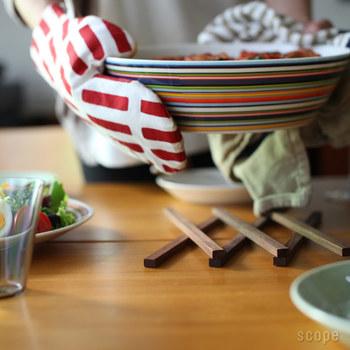 もちろん、食卓でお鍋を乗せたり、あつあつの大皿を乗せてもOK!スタイリッシュな形状で、キッチンやテーブルのおしゃれなアクセントになってくれますよ♪