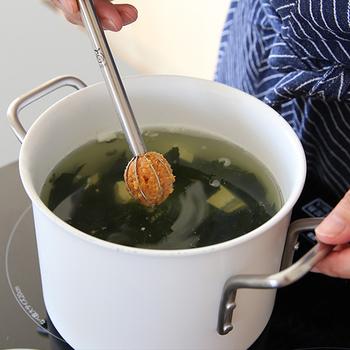味噌汁はもちろん、泡立て器としてドレッシングや調味料を混ぜる際や、お米研ぎなど、アイディア次第で多用途に使用できますよ。 一度使ってみると、病みつきになること間違いなし!