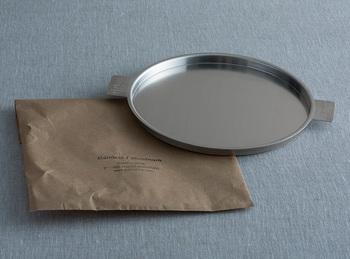 両サイドの持ち手が印象的な「アルミトレー」。アルミニウムで作られているから、軽くて使い勝手もバツグンです。