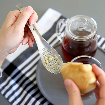 おろし刃は、切れ味を良くするために斜め60度に鋭く起こしているので、空すべりすることなく楽におろすことができます。スプーンという形状ならではの持ちやすさと安定感を兼ね備えた、使い勝手が良いアイテムです。 お料理の調味料や、お鍋に一味プラスする時に、また、お味噌汁や紅茶に生姜を入れる時などにもおすすめです!