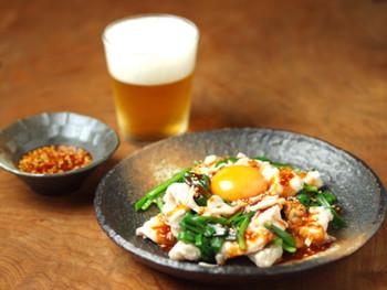 ◆鶏むね肉のユッケ風◆  あっさり味のむね肉も、時には刺激的に!むね肉×ユッケ、既成概念を覆すレシピです。 ヘルシーなのにスタミナがつく、疲れたカラダにも効きそうな一品ですね。