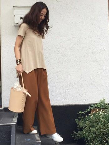 ワイドパンツも、とろみのある素材なら、女性らしく着こなせますね。ベージュトーンで統一した、上品なコーディネートに仕上がっています。
