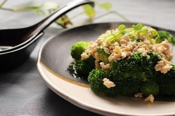 ブロッコリーにひき肉を加えればボリュームある立派なおかずになります。