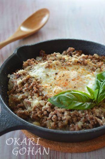 スキレットを使ってカリカリそぼろごはんはいかが?玉子やチーズを絡めて食べれば絶品です。