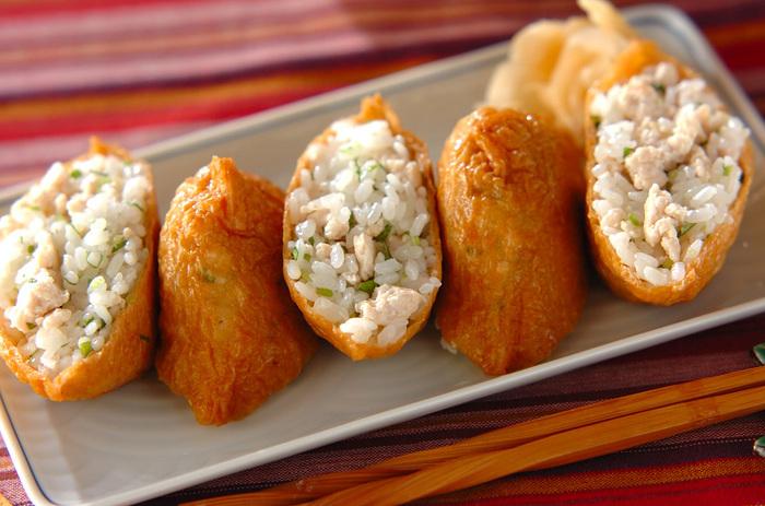 鶏そぼろを混ぜ合わせた酢飯をいなり寿司にすれば、食べ応えのある一品に。行楽などいろんな人が集まるときにもぴったりです。