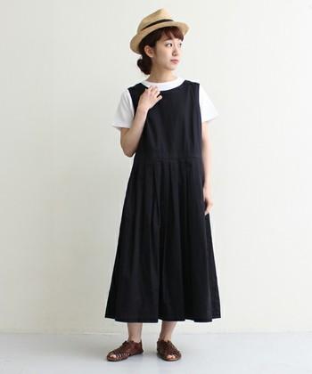 一枚で着ても夏らしく上品な装いになるワンピースですが、Tシャツをインすることでこなれ感がプラスされます。ストローハットとレザーメッシュサンダルが夏の休日のリラック感を演出していますね♬