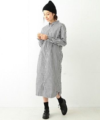 こちらも一枚の着こなしですが、大分印象が変わりますね。重みのある黒の小物をプラスするだけで、落ち着きのある秋スタイルにイメージチェンジすることができます。