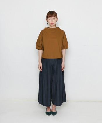 同じトップスでも、ダークカラーのスカーチョに、パンプスをあわせるとすっかり秋の装いに様変わりしますね♪スカーチョの繊細なドレープと落ち着きのあるグリーンのパンプスで上品なスタイリングに。
