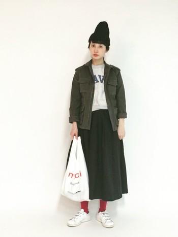 同じスカートに、スエットとミリタリージャケットを合わせた秋らしいコーデ。赤のタイツがアクセントになってかわいいですね♡