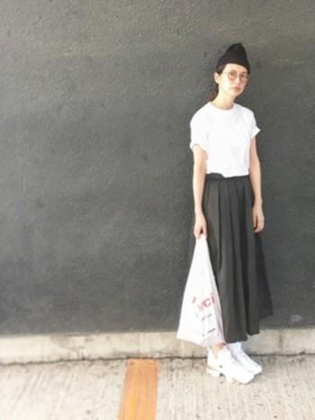 黒のマキシスカートは重くなりがちなので、夏は白のトップスを合わせたコーディネートがおすすめ◎メガネやエコバッグ、ニット帽など、さりげない小物使いにセンスが光ります。