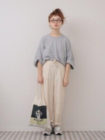 ゆるっとしたシルエットのアイテムは、袖や裾をロールアップすると、バランスが良くなり軽やかに着こなせますよ。丸眼鏡や柄バッグなど、小物がポイントになった着こなしです。