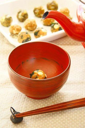忙しい朝は、缶詰やストック食材を活用しましょう。たとえば、時間のあるときに「味噌玉」を数日分まとめて作って保存しておけば、朝お湯を注ぐだけでOK。広げたラップの上に、味噌・鰹節・お好みの具材を乗せて丸めるだけなので簡単です。