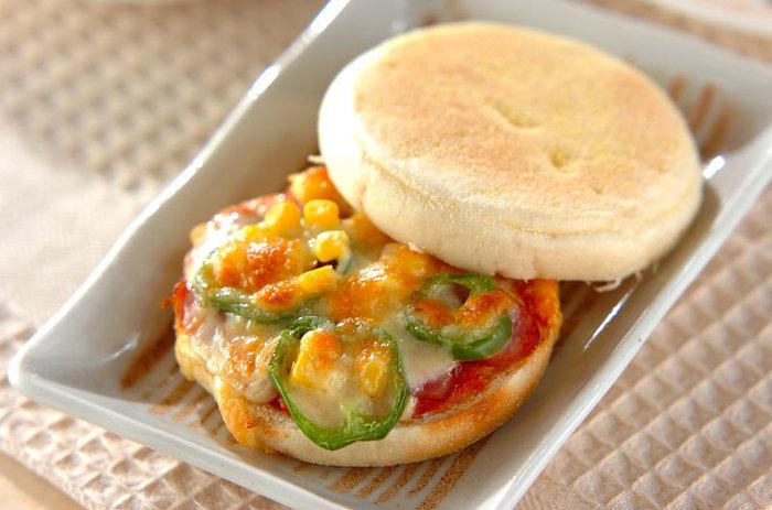 まんまるが可愛いイングリッシュマフィンを使ったピザトーストサンド。サクもち食感がクセになりそう!もちろん、食パンを使ってもOKです。