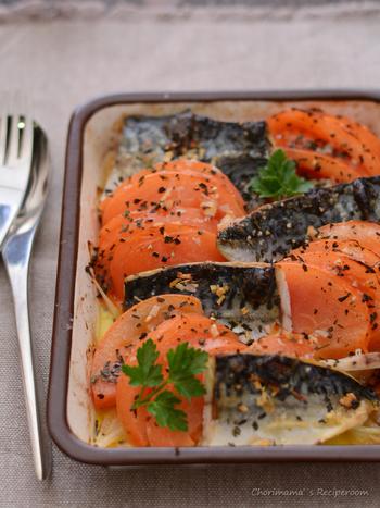 塩サバを使ったオシャレなグリル焼きのレシピ。ホーローバットなら調味した後、そのまま焼いて出せるのでとっても便利!ガーリックオイルがきいているので、シンプルな味付けでもおいしいですよ♪