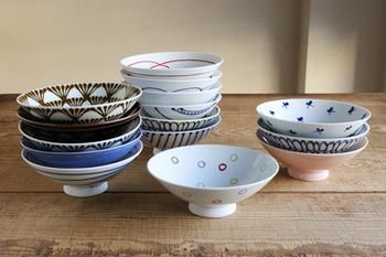 こちらは、直径15㎝と一般的なお茶碗より少し大きく平らな形をした「平茶碗」。色・絵柄のバリエーションが数百種類あるので、自分用にも贈り物にもぴったりです。