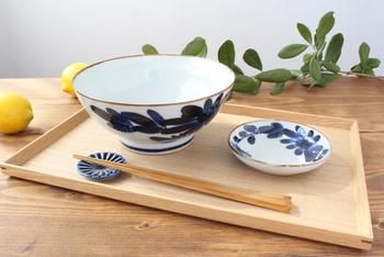 波佐見でつくられていた庶民の磁器食器「くらわんか碗」。親しみのある素朴な当時の風合いを再現した「いろは」シリーズです。