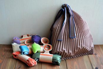 機能性とファッション性を兼ね備えたエコバッグとして、もう一つおすすめなのが、福井県の繊維メーカー・knaplus(クナプラス)が手がける「タテプリーツ」。とうもろこしを原料とした植物由来の繊維から作られ、土に還る特長を持つ、素材そのものからエコ仕様。メイドインジャパンらしく、日本の伝統色16色で展開されたカラーバリエーションの豊富さも魅力です。