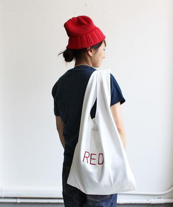 大阪の人気セレクトショップ・Strato(ストラト)と、その姉妹店STRATO Bee(ストラトビー)のオリジナルマーケットバッグは、ファッションアイテムとしてはもちろん、エコバッグとしての利用もおすすめ。白いコットン地にレタードの刺繍が施されたシンプルなデザインは、毎日気軽に持ち運べる、日常に寄り添うアイテムです。