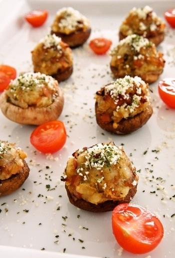 ベーコンやニンニクでコクを出し、スパイシーに仕上げたマッシュポテトを、椎茸に詰めてグリル。扱いやすいマッシュポテトは、詰めたり、巻いたり、はさんだり…アレンジ自在の食材として役立ちます。