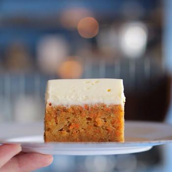 クリームチーズがたっぷり入ったキャロットケーキは、thé et toi自慢のスイーツです。素材を活かした、ニンジンの甘みと胡桃の香ばしさに、ほんのりとスパイスを効かせて絶妙な味わいに仕上げています。