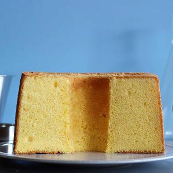 thé et toiの素敵なお菓子の一部をご紹介。こちらはバターを贅沢に使ったふわふわのシフォンケーキ。軽やかな中にもバターと卵の風味がしっかりしていて、シンプルで飽きのこない美味しさです。断面の黄色も綺麗ですね。