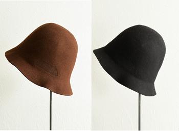 ウールフェルト素材を使用した柔らかで暖かみのあるハット。上品な色合いのチョコレートカラーとシックなブラックの2色展開です。