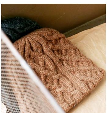 アラン編みがとてもかわいいニットキャップ。ざっくりとした風合いがイイですね。