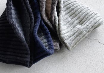 ふっくらとしたウール100%の素材が暖かい雰囲気。モコモコとしすぎていないので、メンズライクなスタイリングにも合わせられるデザインがオシャレの幅をぐんとアップさせてくれます。豊富なカラー展開も嬉しいポイント。