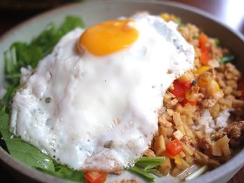 タイカレーやガパオといった多国籍料理が楽しめます。 中でも、タイのハーブやライムを使ったハーブ餃子など、3種の味が楽しめる餃子がおすすめ!フードメニューも、植物たっぷり、パクチー好きの人にはたまらないお店です。