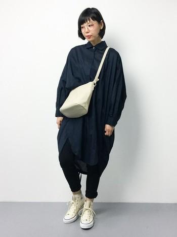 ハリ感とコクーンシルエットが印象的なビッグシャツとスキニーパンツの組み合わせのメリハリのあるスタイリング。靴屋バッグなどホワイトカラーほ取り入れることで、コーディネート全体に軽さが出ています。