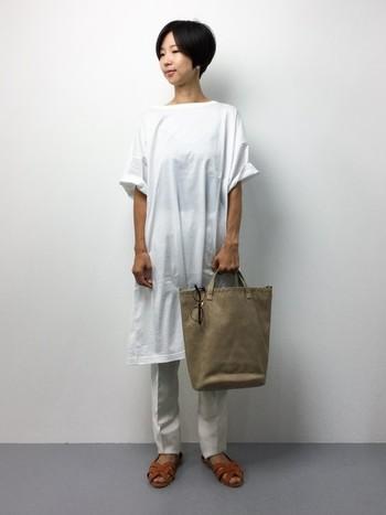 ロングTシャツにテーパードパンツを組み合わせたワントーンコーディネート。ビッグシルエットも、袖のロールアップやセンタープレスなど、着こなしやアイテム選びを工夫することで大人っぽい綺麗めな雰囲気に仕上がります。