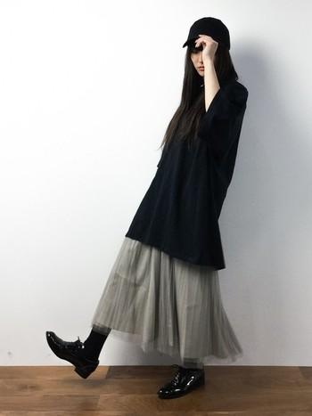 全体を黒を多めに取り入れたモードなモノトーンカラーのコーディネート。ボトムスは、グレーのチュチュスカートで軽やかさとフェミニンさをプラスした甘辛ミックスに仕上げています。
