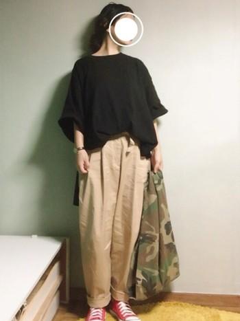 黒のビッグTシャツでちょっぴりモードよりのゆるコーデは、トップス&ボトムスをロールアップして抜け感のある雰囲気に。