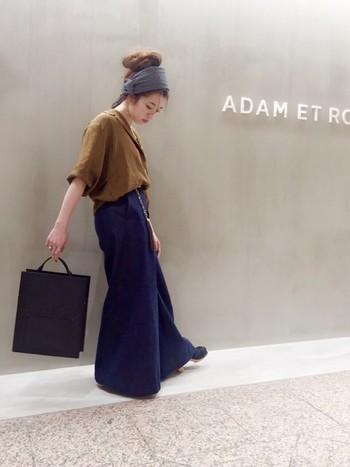 デニムワイドパンツ×スキッパーシャツのトレンド感のあるスタイリングです。ルーズなお団子ヘアとターバンで、こなれ感のある雰囲気に。