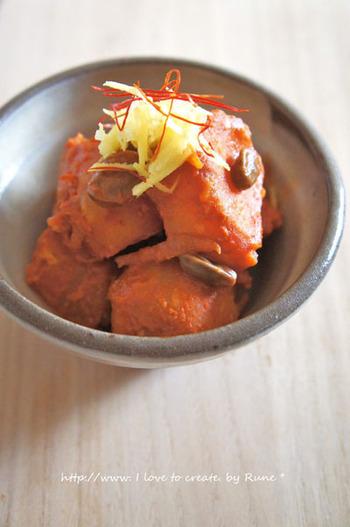 コチュジャンで煮込んだ、韓国風の肉じゃがです。日本のとは違う、色も鮮やかな肉じゃがです。