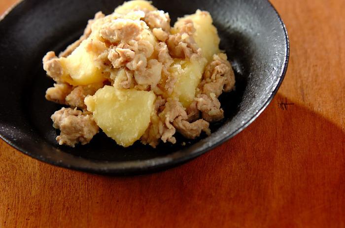 お醤油を使わずに、塩麹とお塩で味付けをしたさっぱり味の肉じゃがです。これはこれでコクもあって美味しい!
